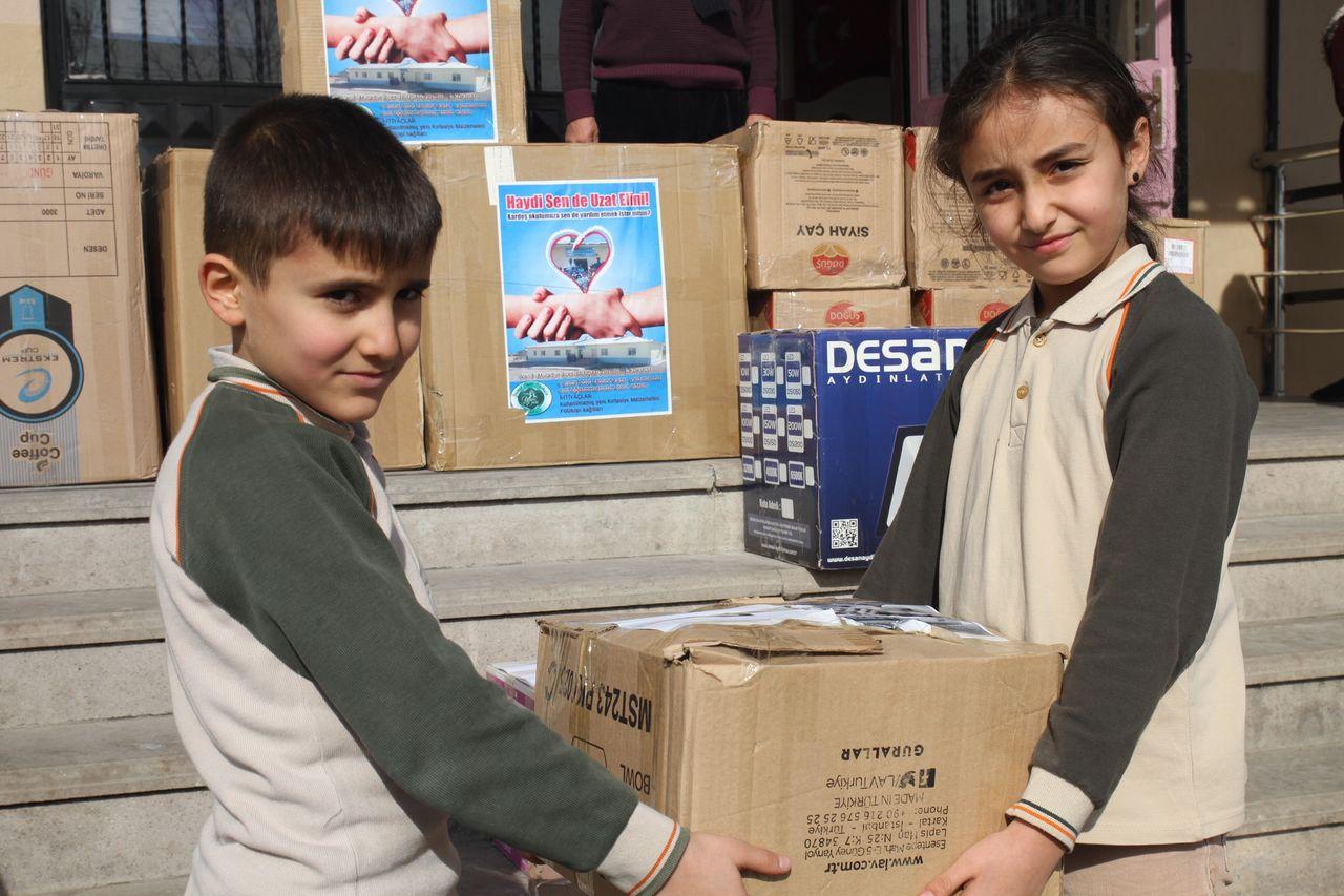 Köy okuluna öğrencilerinden kırtasiye desteği