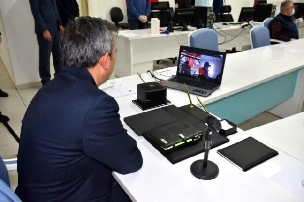 Vatandaşlarla internetten görüntülü sohbet etti