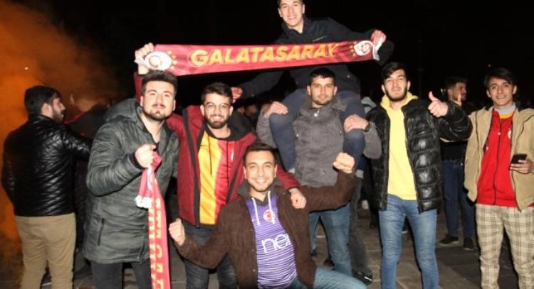 Galatasaraylı taraftarlar Sabaha Kadar Buradayız