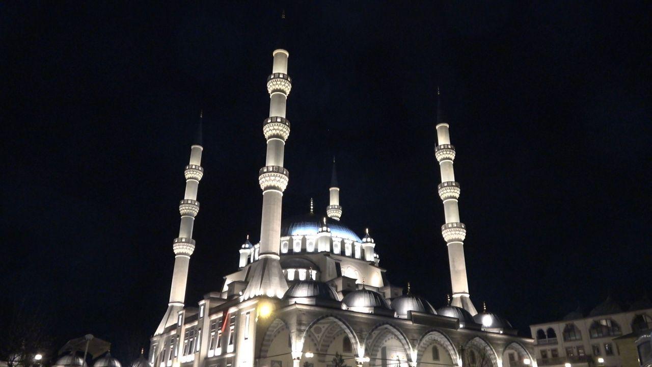 Tüm camilerden dua sesleri yükseldi