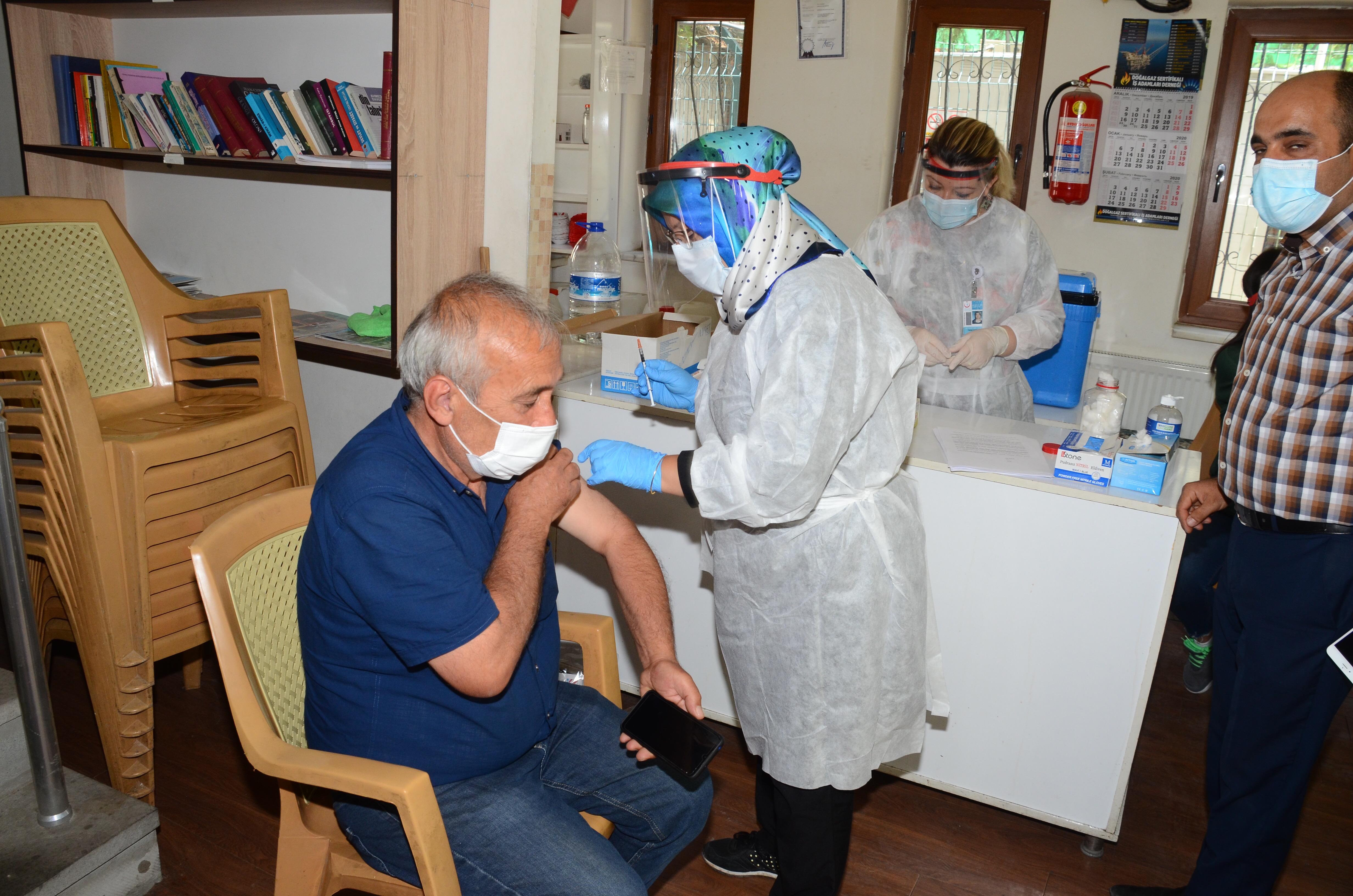 Millet Kıraathanesinde aşı uygulaması